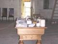 511. Tisch mit medizinischen Instrumenten