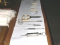 513. Tisch mit medizinischen Instrumenten 03